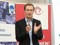 Foto: ÖZV | Reinhard Raml, Geschäftsführer des Instituts für empirische Sozialforschung (IFES), bei der Präsentation der neuen Fachzeitschriften-Entscheiderstudie